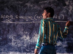 A teacher begins a lesson on water during a science-themed lesson at an AIF LAMP center in Orissa.